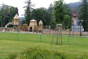 Dětské hřiště v Loučné  je vybudováno na ploše odpovídající záměru, s nádhernou kulisou zámeckého parku za 465 839,-Kč