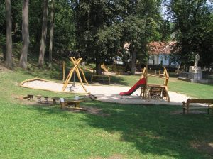 Nedávno otevřené dětské hřiště poněkud násilně  včleněné do městského parku ve Šlapanicích